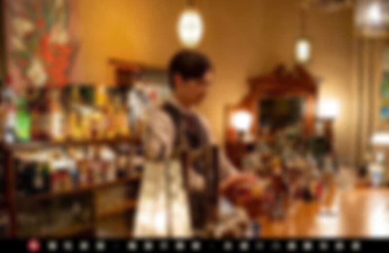 製作經典調酒「柯夢波丹Cosmopolitan」。