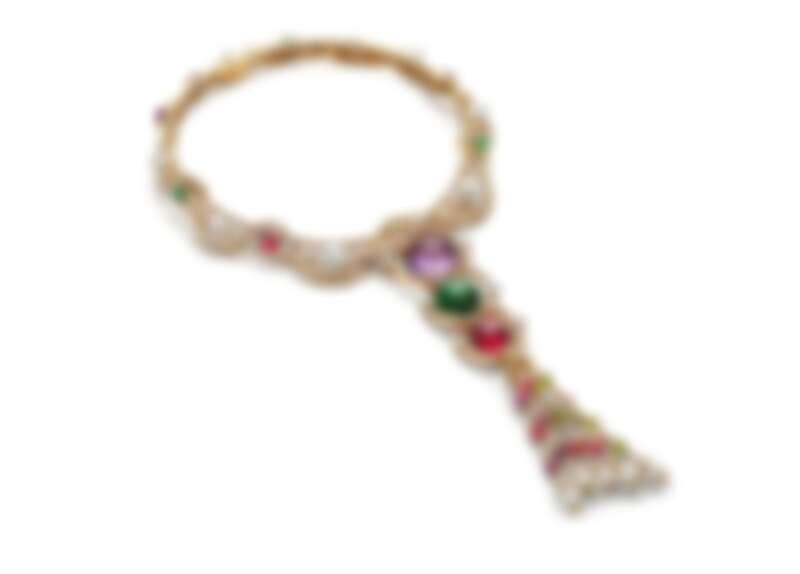 BVLGARI BAROCKO系列Gem Costellation頂級彩寶與鑽石項鍊 頂級黃K金項鍊,鑲嵌1顆蛋面切割紅碧璽(重約19.56克拉)、1顆蛋面切割綠碧璽(重約29.54克拉)、1顆蛋面切割紫水晶(重約40.05克拉)、1顆圓形明亮切割鑽石(E VVS2,重約1.07克拉)、15顆Akoya與南海珍珠、3顆蛋面切割碧璽(總重約6.40克拉)、7顆圓形切割紫水晶(總重約5.39克拉)、9顆圓形切割紅碧璽(總重約10.92克拉)、10顆圓形切割橄欖石(總重約6.59克拉)、40顆圓形明亮切割鑽石與密鑲鑽石(D-F IF-VVS,總重約36.89克拉)。