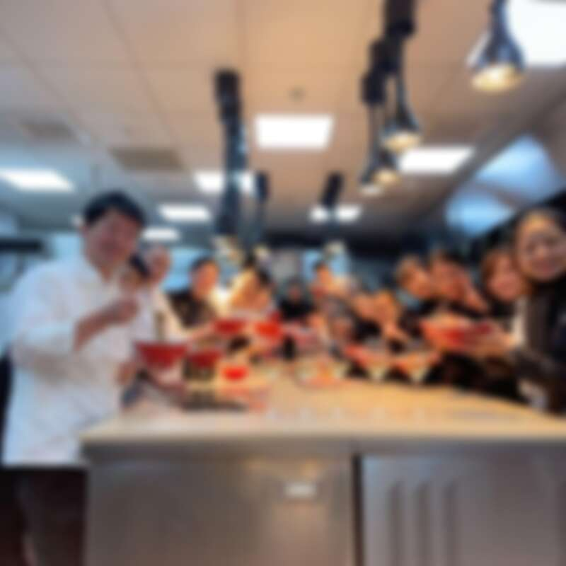 (左一)主廚稗田良平。