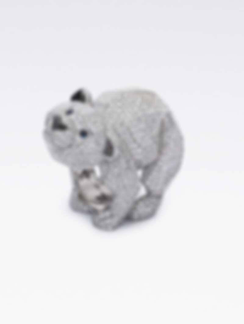 紅地毯系列戒指-北極熊 獲公平採礦認證之18K白金戒指,鑲嵌2190顆12.58克拉鑽石,2顆0.06克拉藍寶石,以及16顆0.03克拉黑鑽。定價:NT$6,430,000