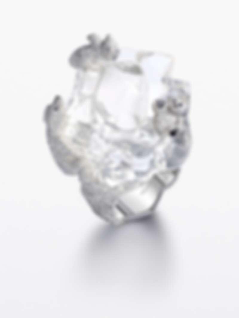 紅地毯系列戒指-北極熊 獲公平採礦認證之18K白金戒指,鑲嵌單顆86.2克拉水晶蛋白石,310顆2.52克拉鑽石,38顆0.25克拉黑鑽,8顆0.03克拉藍寶石,以及1109顆3.34克拉鑽石。定價:NT$5,220,000