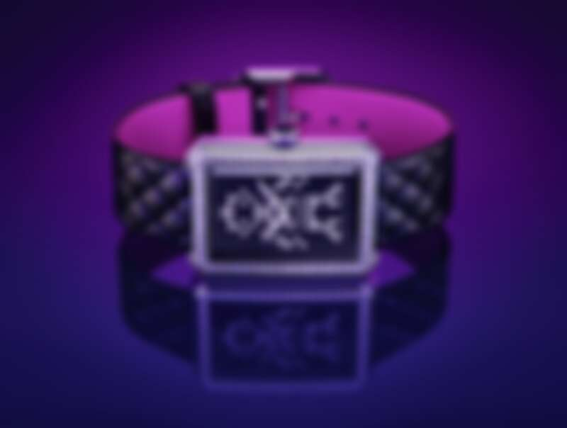 BOY·FRIEND Electro 腕錶 限量發行55 枚。 精鋼錶殼。 精鋼錶圈鑲嵌64顆總重約0.71克拉明亮式切割鑽石。 精鋼錶冠,鑲嵌黑色凸圓形尖晶石。 飾以機器人圖騰黑色錶盤,鑲嵌78顆總重約0.12克拉明亮式切割鑽石。 可替換式黑色菱格紋小牛皮錶帶飾以螢光粉紅內襯。 高精準石英機芯。 防水深度:30米。 功能:時、分顯示。 尺寸:34.6 x 26.7 x 7.3毫米。 鑽石:共142顆總重約0.83克拉明亮式切割鑽石。 建議售價NTD 494,000元