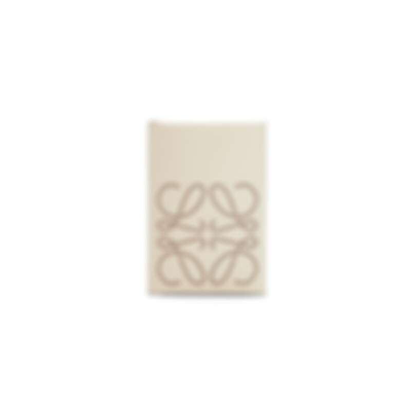 Loewe 小牛皮品牌雙摺卡片套,NT10,000