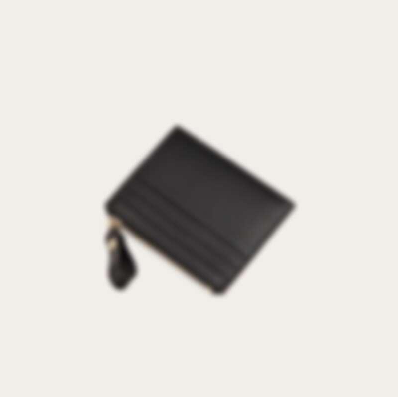 Valentino 鉚釘小牛皮拉鍊卡夾,約NT10,000