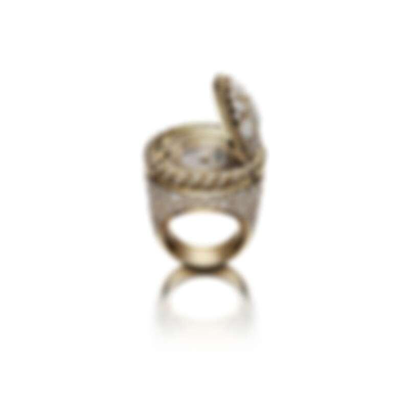 Mademoiselle Privé鈕扣戒指錶–拜占庭 限量獨立編號發行5枚。 18K黃金鈕扣飾以拜占庭圖騰,鑲嵌1顆總重約1.5克拉枕型切割鑽石,4顆總重約2.09克拉枕形切割鑽石,4顆總重約0.65克拉梨形切割鑽石及8顆總重約0.25克拉圓形切割鑽石。 18K黃金錶圈,鑲嵌52顆總重約0.46克拉明亮式切割鑽石, 及18K黃金扭鎖內環圈。 18K白金錶盤,鑲嵌142顆總重約0.52克拉明亮式切割鑽石。 戒指主體採用雪花式鑲嵌,鑲有182顆總重約5.4克拉明亮式切割鑽石。 電鍍黃金指針。 高精準度石英機芯。 功能:時、分顯示。 鈕扣直徑:約2.5厘米。 戒圍尺寸:51-54號。 鑽石:1顆重約1.6克拉枕形切割鑽石,4顆總重約2.09克拉枕形切割鑽石,4顆總重約0.65克拉梨形切割鑽石及384顆總重約6.63克拉明亮式切割鑽石。 建議售價NTD 9,239,000元