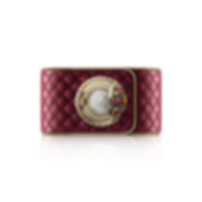 Mademoiselle Privé鈕扣腕錶–拜占庭 限量編號發行5枚。 18K黃金鈕扣飾以1顆拜占庭圖騰,鑲嵌1顆重約0.78克拉明亮式切割黃色藍寶石,4顆總重約1.4克拉蛋面切割紅寶石,4顆總重約0.75克拉枕形切割橙色藍寶石及16顆總重約0.2克拉圓形切割鑽石。 18K黃金錶圈,鑲嵌52顆總重約0.46克拉明亮式切割鑽石, 及18K黃金扭鎖內環圈。 18K白金錶盤,鑲嵌142顆總重約0.52克拉明亮式切割鑽石。 電鍍黃金指針。 菱格紋紅色皮革錶帶,搭配金色小牛皮緄邊及黑色小牛皮襯裡。 高精準度石英機芯。 功能:時、分顯示。 直徑:約25毫米。 寬度:約35毫米。 寶石:1顆重約0.78克拉明亮式切割黃色藍寶石,4顆總重約1.4克拉蛋面切割紅寶石,4顆總重約0.75克拉枕形切割橙色藍寶石及210顆總重約1.18克拉明亮式切割鑽石。 建議售價NTD 6,776,000元