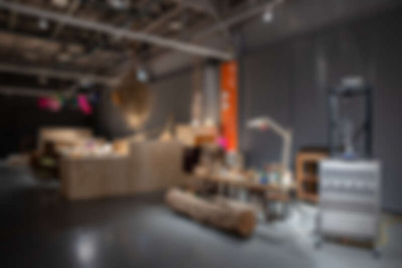 第二幕,維物:賴泳廷師傅現場木刻戲偶,而一旁的是3D列印製作木偶。(照片來源:臺灣文博會)