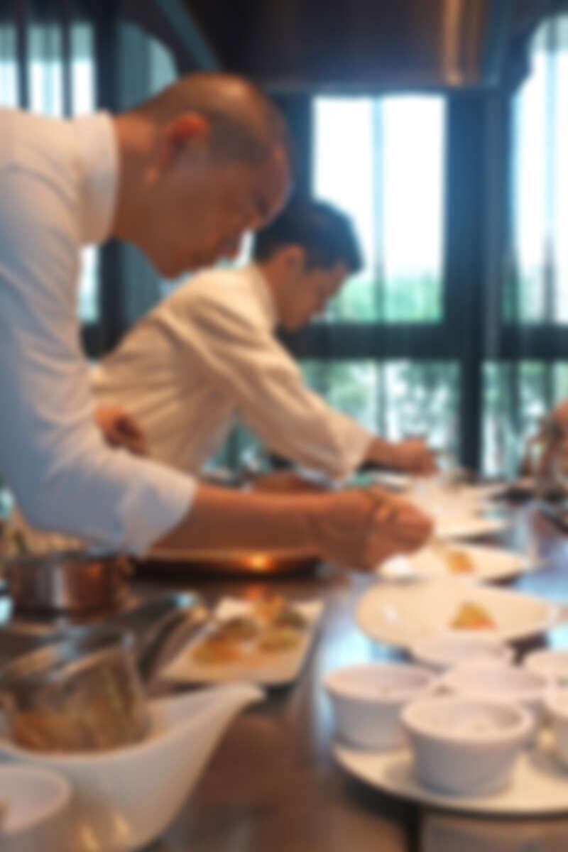 雙主廚有默契的一起擺盤動作。
