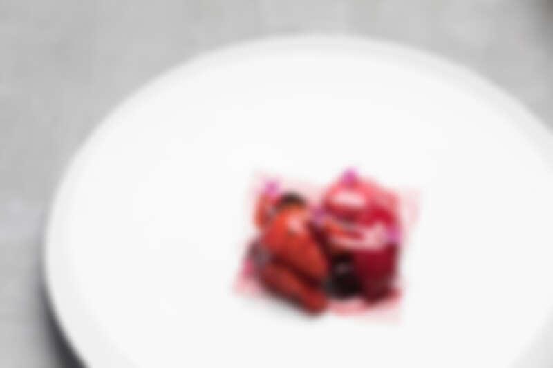淡雪野莓桑格莉亞,以滋味香甜的日本淡雪草莓和台灣特有的糖漬洛神花,鋪上法式紅酒凍,佐以西班牙Sangria sorbet調味。