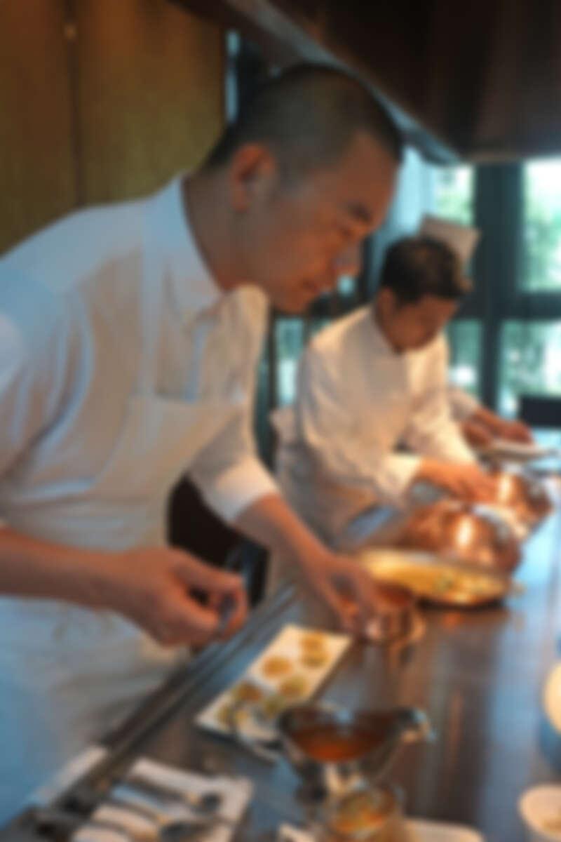 零距離觀看 Chef André 細膩的手法料理第一道湯品。