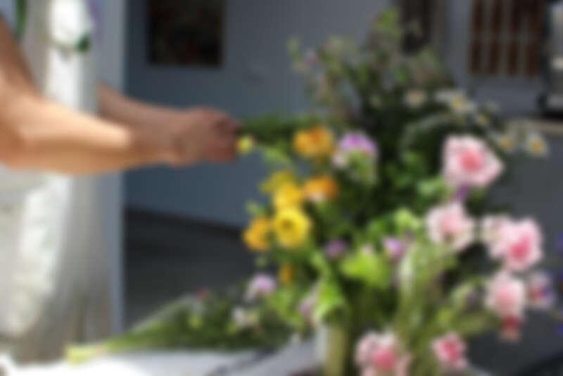 在大自然的環境中進行花藝創作。