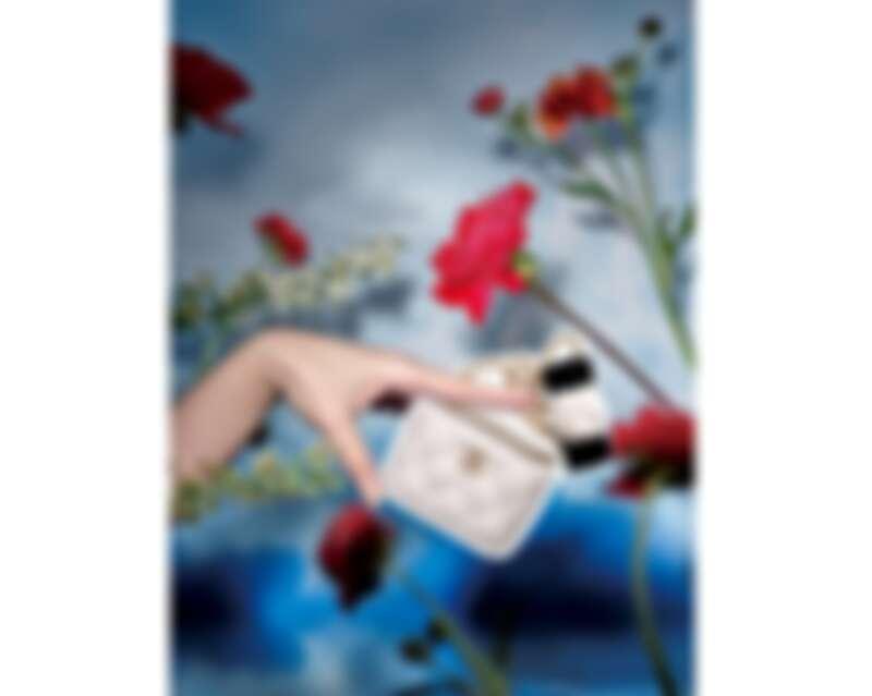 CHANEL白色山茶花皮穿鏈小型化妝包