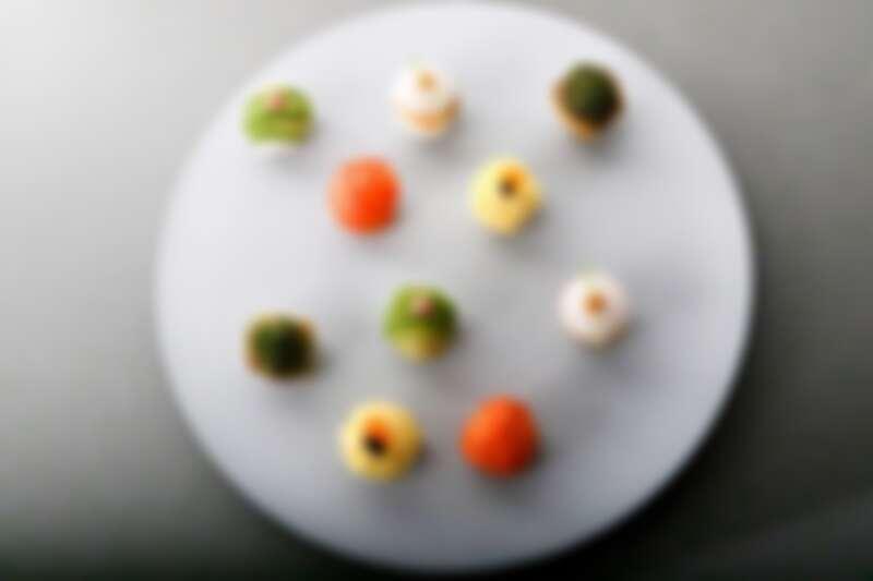 小巧玲瓏的「毛毬壽司」,有酪梨、玉子燒、燻鮭魚、鮭魚卵、烏魚子、魚子醬、星鰻等食材。
