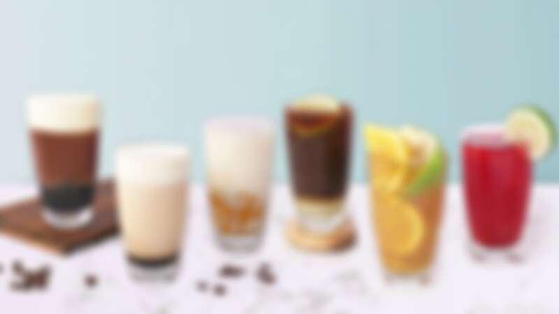 半分鐘』系列飲品(由左至右)-- 精品伯爵奶蓋珍珠、精品伯爵鴛鴦、日式歐蕾玄米煎茶芋圓、義式西西里咖啡、新鮮水果茶、綜合莓果茶