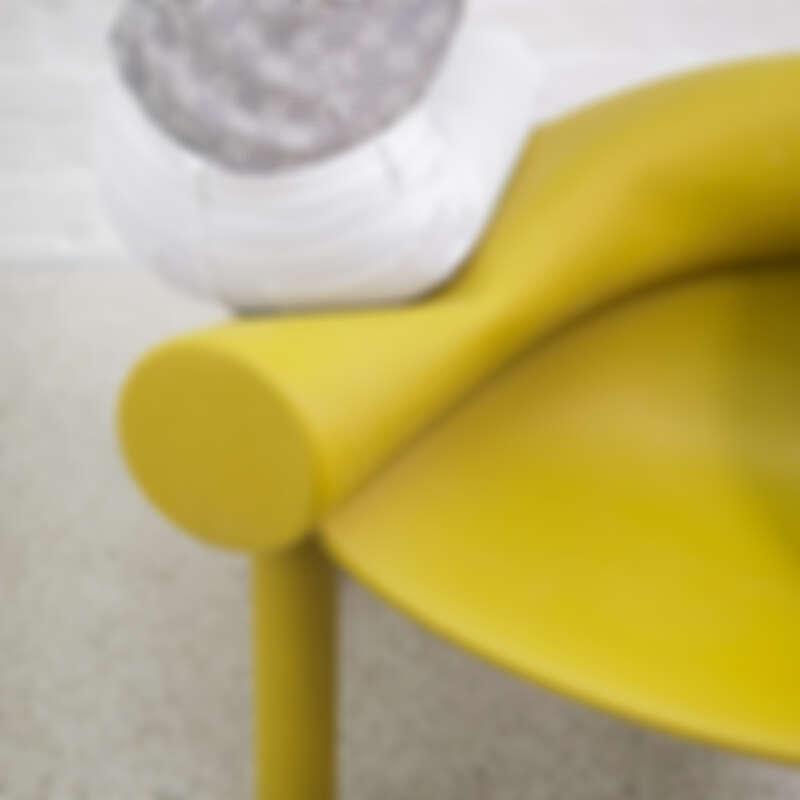 扶手兼椅背採水管繞形。