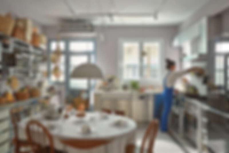 一踏入 Grace 家,映入眼簾的就是L型的流理臺跟巨大的餐桌在廚房中間,是一個以廚房為中心的家。