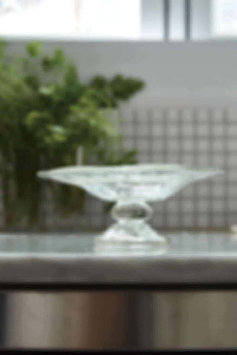 蒐集了許多高盤,Grace 常常應用在宴客時候,美觀外,也輕易夾取,此款玻璃高檯為日本作家安土草多的作品。
