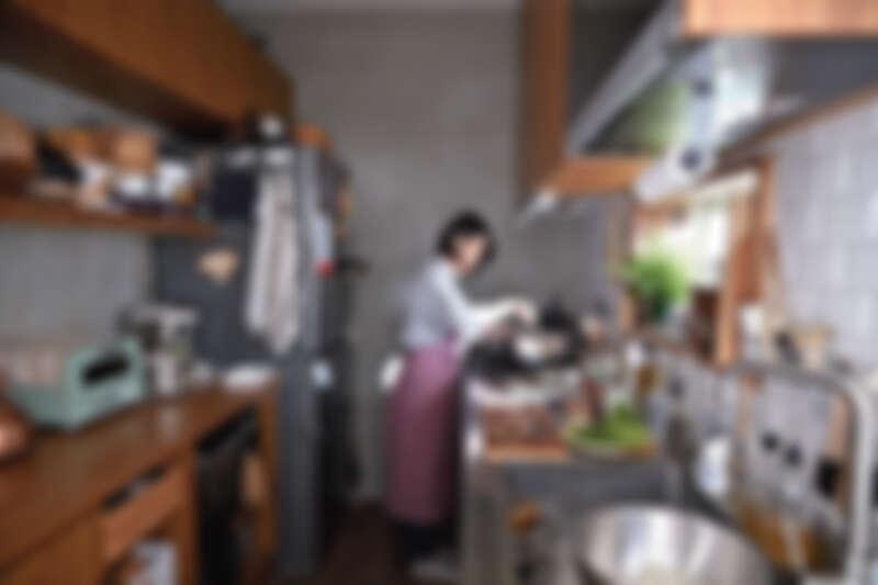 哈利的廚房是最常見的一字型廚房,動線相當清楚明瞭,櫃體採一致的木色材質飾板,雖然物件很多,看起來卻起來十分清爽。
