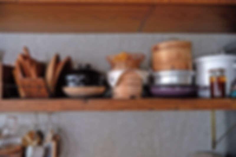 爐台背後是開放式的木頭陳列架,把喜歡的鍋具擺出來,器具顏色也規劃過,木質、玻璃、銅色,看起來不雜亂又有風格。
