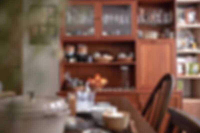 放在餐桌旁的餐具櫃,是餐廳裡最顯眼的大型家具,是老件櫃體,裡頭有尺寸較大的盤子或是適合拍照的款式。