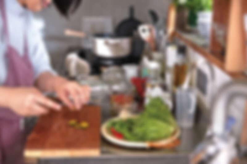 哈利俐落的的各種動作,十分熟悉做菜的要領。