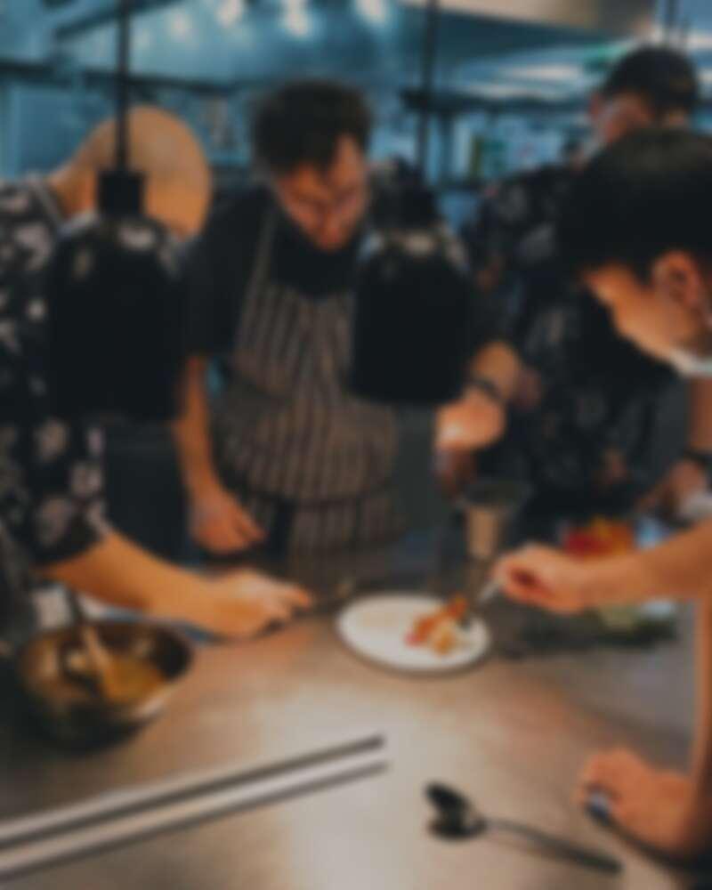 The Tavernist Team 與 Chef James 菜色研究中。
