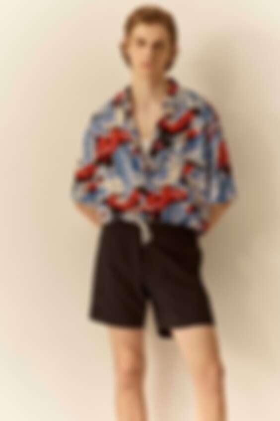 夏威夷襯衫的渡假感跟短褲搭配很適合夏日