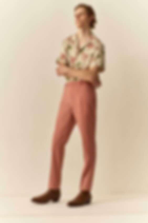 可以在夏日多嘗試粉色系的搭配,呈現清新活力。