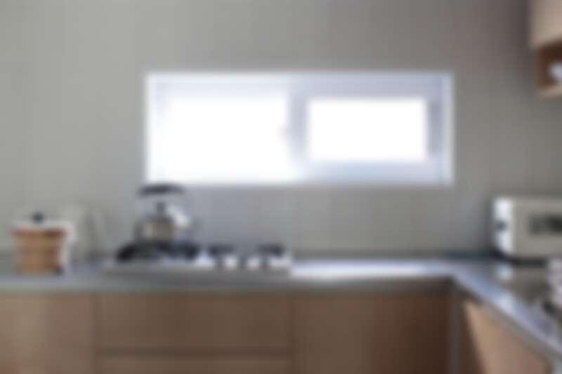 採光很好的L形廚房(Photo by @salrim_story)。