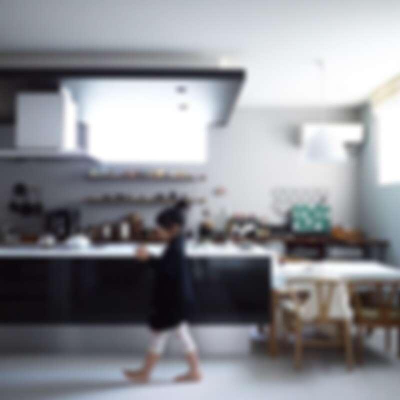 標準的一字型中島廚房(Photo by @chii_moi)。