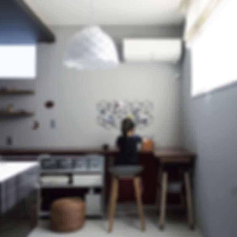 在角落放了一張書桌,是閱讀食譜、女兒最常佇留的地方(Photo by @chii_moi)。