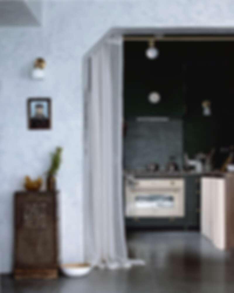 用一面麻布輕輕的區隔廚房的空間(Photo by @ladyandpups)。