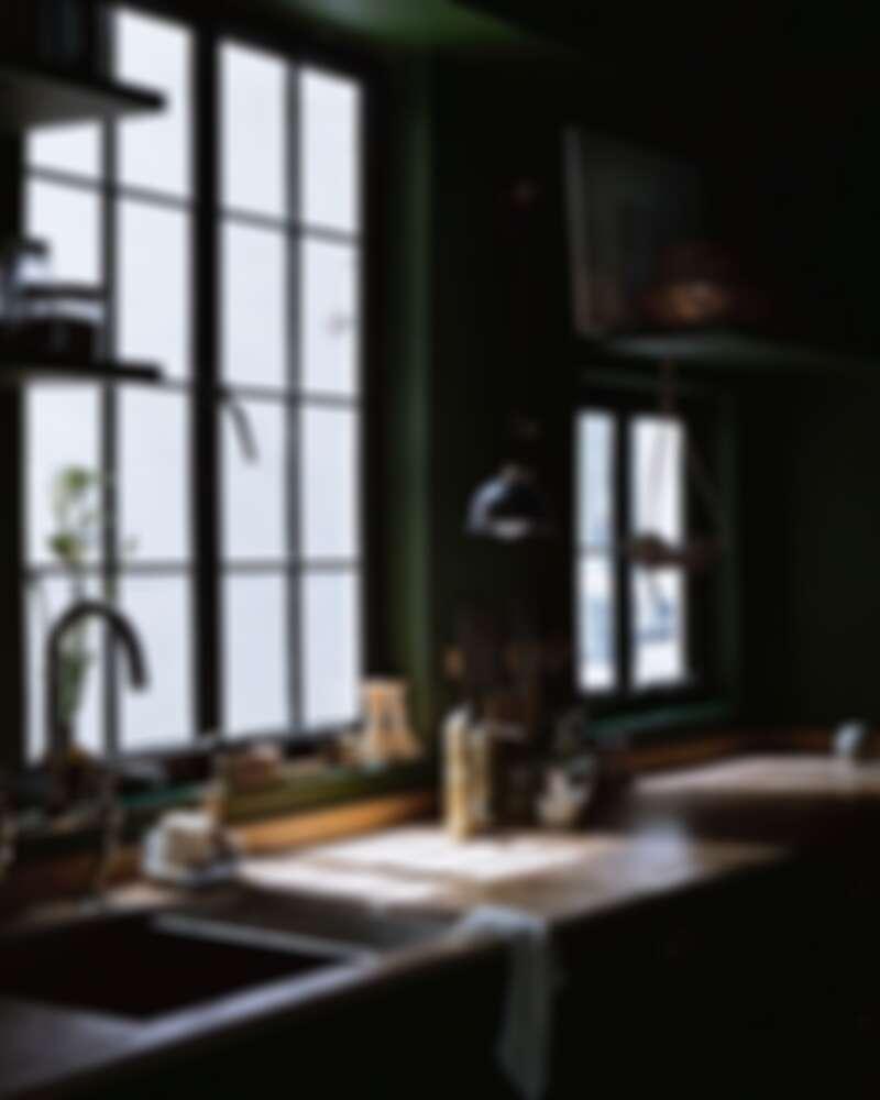 自然光灑落在幽暗的廚房(Photo by @ladyandpups)。