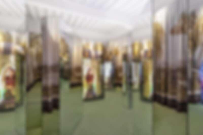 2016年早春系列,當時以富貴人家的宅邸作為形象片背景,在本次展覽中以鏡子迷宮打造出豪宅偌大空間的視覺錯覺