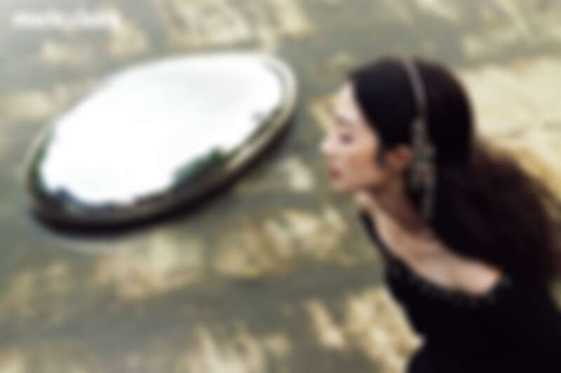 黑色幻彩Jersey金絲緄邊飾以珠寶十字架鈕扣外套、黑色絲絨飾以金幣刺繡與喬其紗蝴蝶結長褲、金屬多彩寶石流蘇造型髮箍,all by CHANEL。