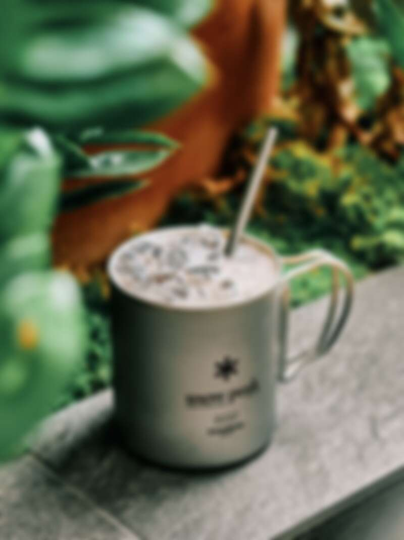 使用自家鈦鋼杯裝調飲,相當有露營風情。