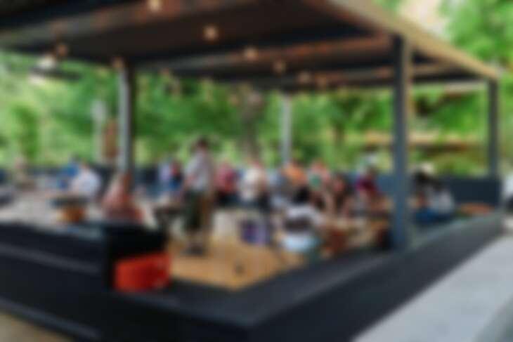 透過彷彿戶外空間與充滿營地風味的美食放鬆身心。