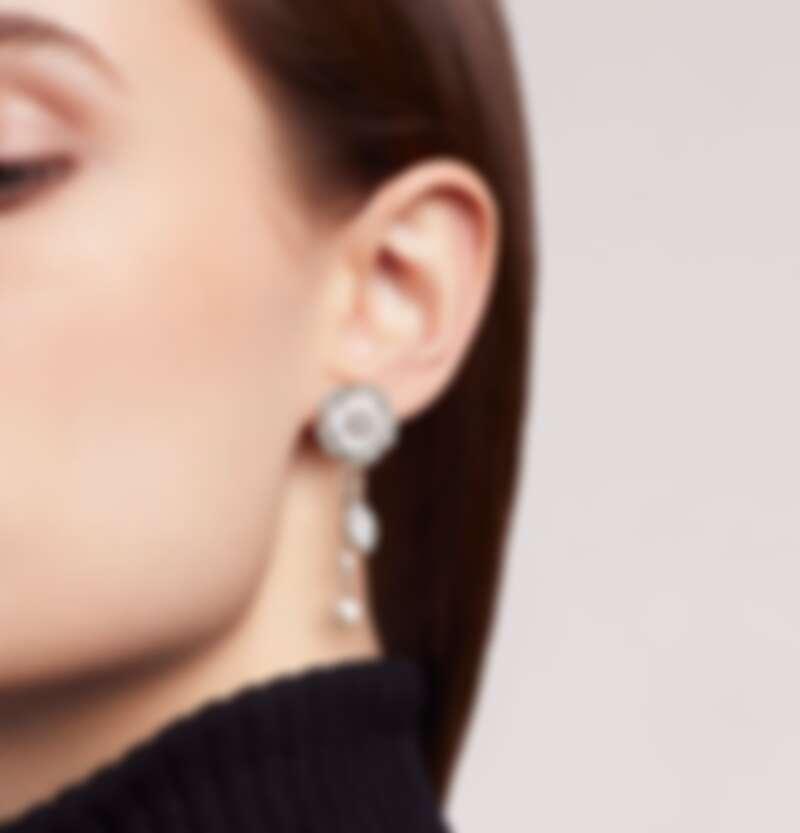 Bouton de Camélia 可變換造型耳環18K白金,鑲嵌鑽石、養殖珍珠和白色珍珠母貝,售價NT$444,000