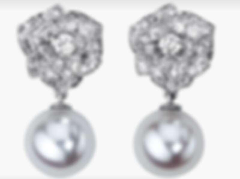 Piaget Rose系列耳環,18K白金,鑲襯78顆圓形美鑽(約0.90克拉) 和2顆白色Akoya珍珠
