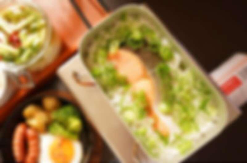 使用便當盒直火煮鮭魚。(Photo by @nao___chu)