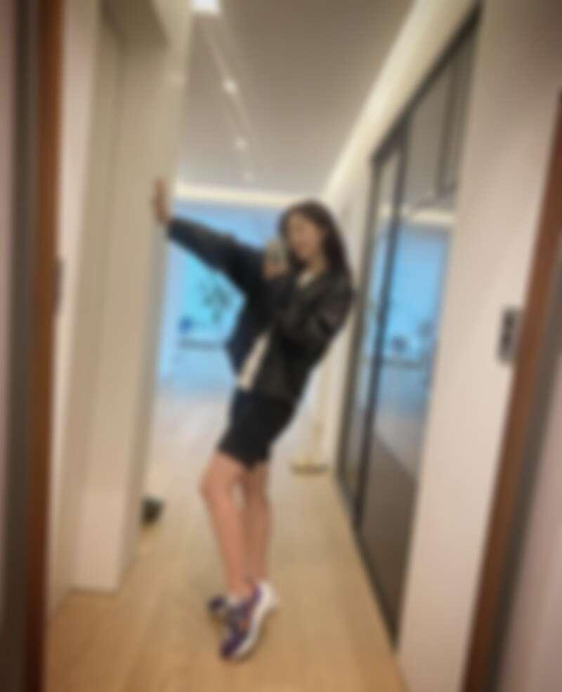 朴信惠穿著 Nike x sacai VaporWaffle 紫橘配色
