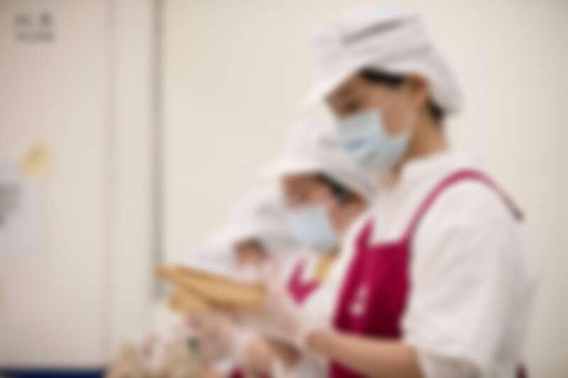 透過皂師巧手將藥草皂揉捏成粽,一層又一層包藏蕙心。