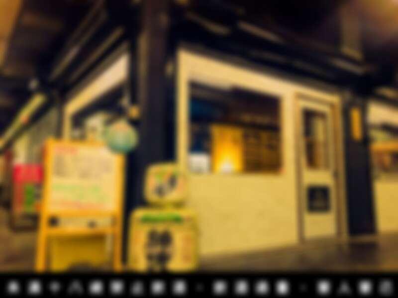新穎純白外觀的清酒吧與充滿時間感的傳統市場形成有趣的對比。