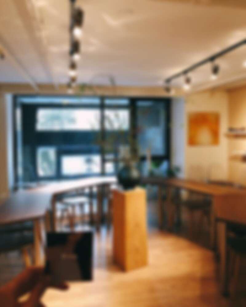 是簡潔現代且富有設計感的風格清酒吧。