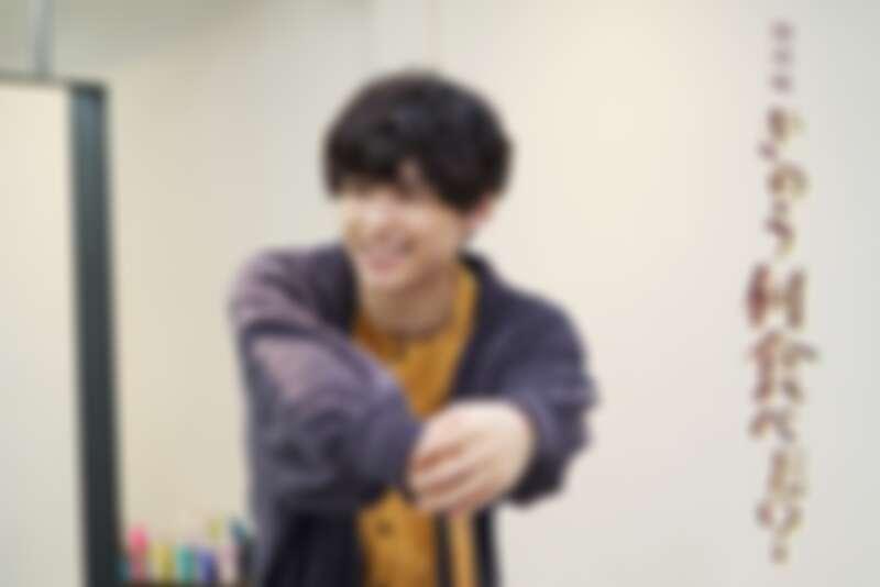 新角色是傑尼斯事務所旗下的男子團體 SixTONES 的松村北斗飾演年輕帥氣的美髮師田渕剛。