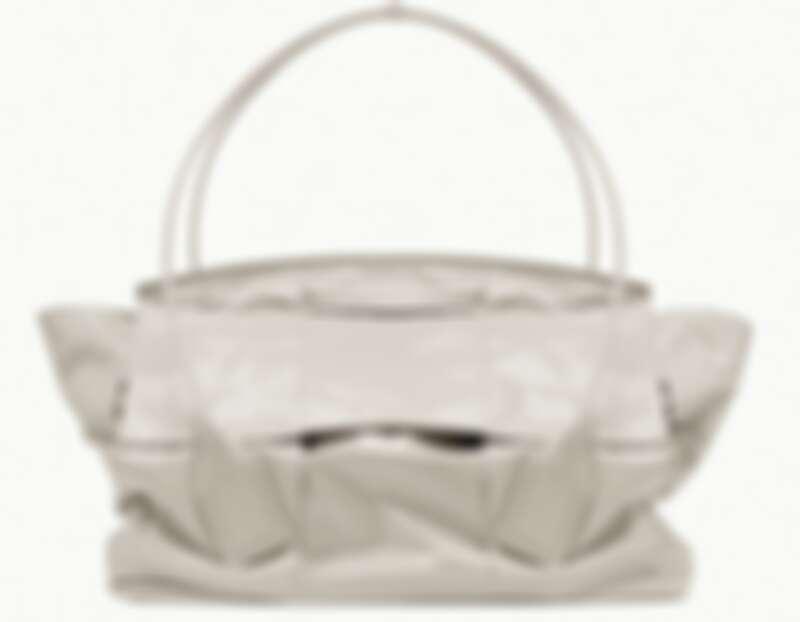 Bottega Veneta ARCO Slouch 小牛皮肩背包,約TWD$220,800。