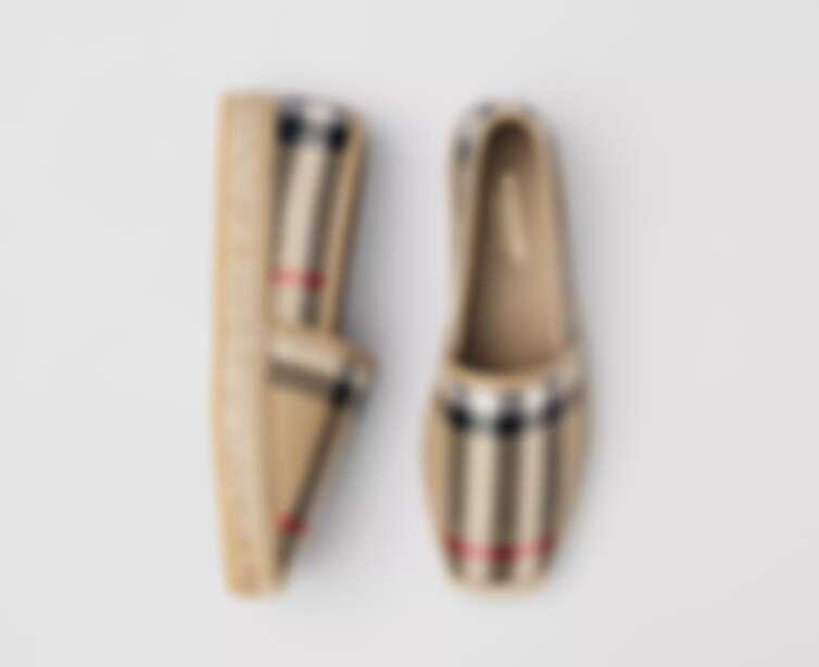 Burberry 方格皮革麻織鞋,價格店洽。
