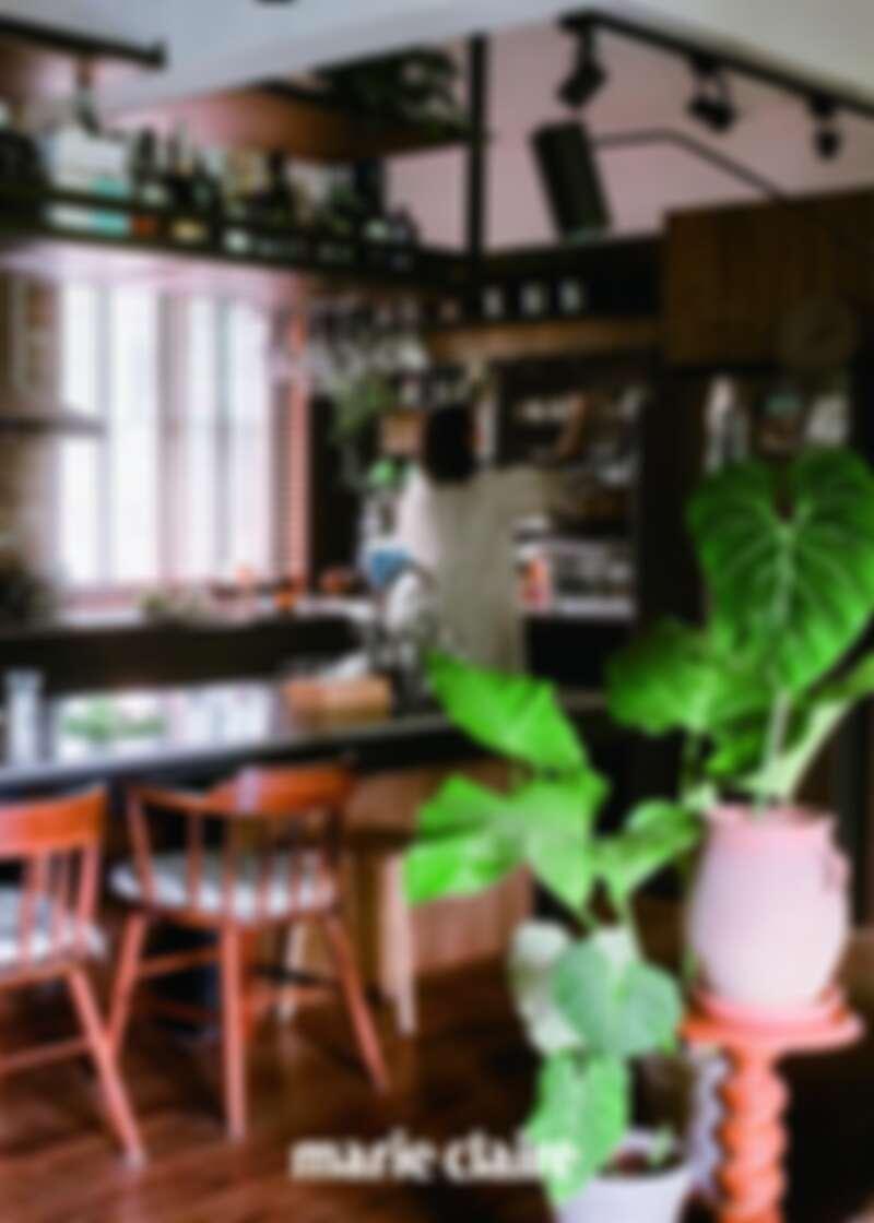 8:00AM 起床,準備早餐:首先打理自己,刷牙、洗臉、換衣服、準備餐點,同時觀察在視線範圍的植物,檢查它們的狀態,天氣好時通常在陽台吃早餐,這是一天之中跟家人相處的重要時光。