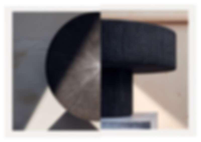 有著灰色石料材質的 Lignage d'Hermès 系列石桌。