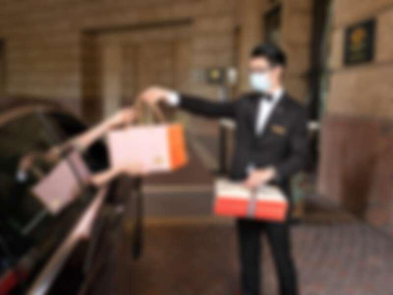 酒店大廳正門的禮賓服務台提供免下車取餐服務